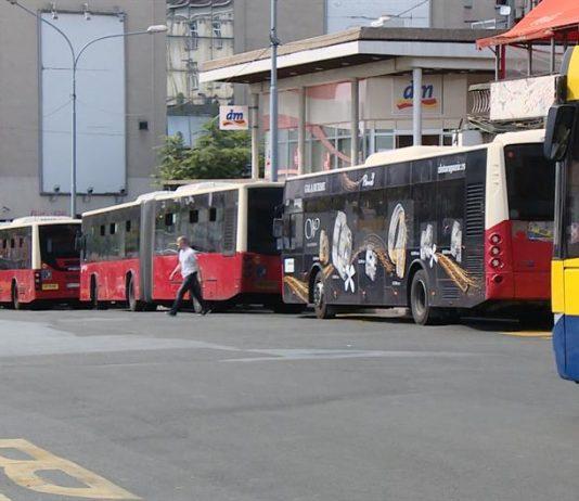 путници усмеравају возача