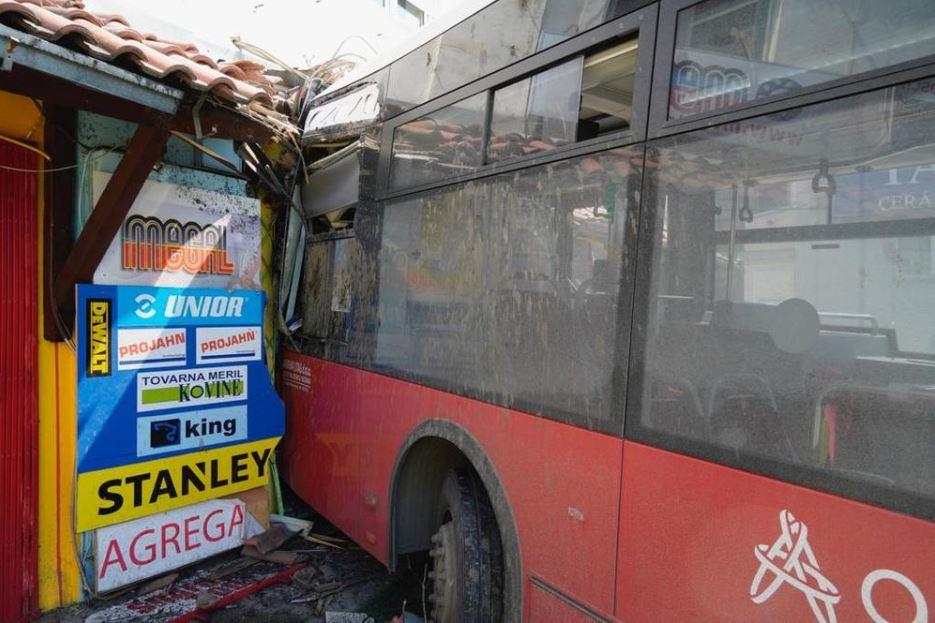аутобус ударио у киоск